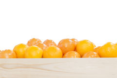 Högen av apelsiner i träasken Arkivfoto