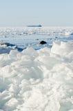 Hög av brutna isfloes på Östersjön Royaltyfri Fotografi