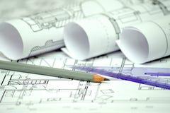 Högen av den arkitektoniska designen och projektet gör en skiss av teckningar av Arkivfoton