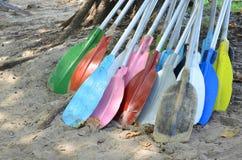 Högen av den färgrika kajaken paddlar på sand på stranden Royaltyfri Fotografi