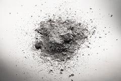 Högen av den gråa askaen, smuts, sand, dammmolnet, död återstår fotografering för bildbyråer