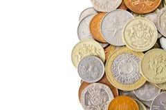 Högen av den moderna britten myntar med vit kopierar utrymme Arkivfoton
