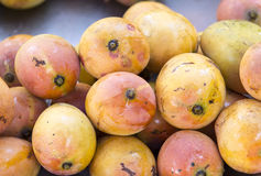 Högen av den nya mango bär frukt closeupen Arkivbilder