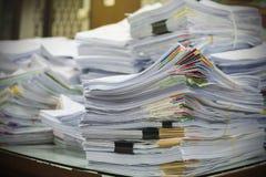 Högen av dokument på skrivbordet staplar upp royaltyfria foton
