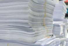 Högen av dokument på skrivbordet staplar upp högt att vänta som ska klaras av Royaltyfria Bilder
