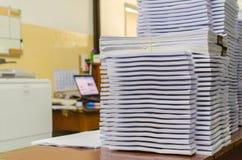 Högen av dokument på skrivbordet staplar upp högt att vänta som ska klaras av Royaltyfri Fotografi