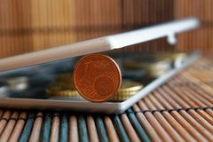 Högen av euromynt i spegel reflekterar plånboklögner på träbambutabellvalör är en eurocent Royaltyfria Foton