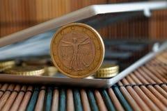 Högen av euromynt i spegel reflekterar plånboklögner på trävalör för bambutabellbakgrund är 1 euro - tillbaka sida Arkivbild