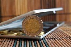 Högen av euromynt i spegel reflekterar plånboklögner på trävalör för bambutabellbakgrund är två euro - tillbaka sida Royaltyfri Foto