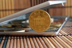 Högen av euromynt med en valör av tjugo eurocent i spegel reflekterar plånboklögner på trätillbaka bambutabellbakgrund - Arkivbild