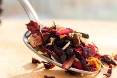 Högen av fruktte med kronblad och torkar frukt Sammansättningen av högen av teblad och den torkade hibiskusblomman Fotografering för Bildbyråer