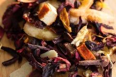 Högen av fruktte med kronblad och torkar frukt Sammansättningen av högen av teblad och den torkade hibiskusblomman som lokalisera Arkivbild