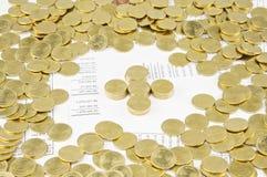 Högen av guld- mynt som plus har guld- mynt omkring Royaltyfri Bild