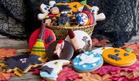 Högen av ljust hallowen söta kakor i korg Royaltyfri Fotografi