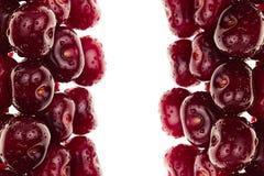 Högen av mogna körsbär med vatten tappar på en vit bakgrund Dekorativ ram av frukter isolerat Makro många bakgrundsklimpmat meat  Fotografering för Bildbyråer