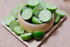 Högen av mogna organiska limefrukter klippte i halva Royaltyfria Bilder