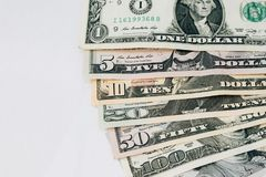 Högen av olika för dollarpengar för USA amerikanska räkningar fördelade som fansor Fotografering för Bildbyråer