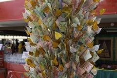 Högen av på måfå spritt av thai bhatsedlar på bambu för donerar några pengar till välgörenhetpinnen royaltyfri foto