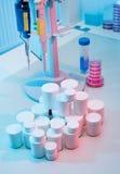 Pillbehållare på bordlägga Arkivbilder