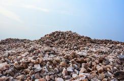 Högen av rått vaggar salta stora bitar arkivfoton