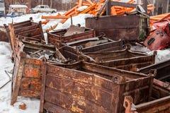 Högen av rostig metall boxas i snön arkivbild