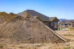 Högen av smuts grävde ut för hem- källare arkivfoton