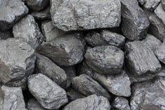 Högen av svart kol klumpa sig, bränsle- och maktbegreppet arkivbilder