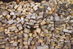 Högen av trä loggar Träjournaltextur spelrum med lampa Hög av den wood närbilden Royaltyfria Foton