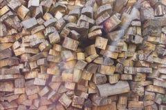 Högen av trä loggar Träjournaltextur spelrum med lampa Hög av den wood närbilden Arkivbilder