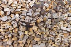 Högen av trä loggar Träjournaltextur spelrum med lampa Hög av den wood närbilden Arkivfoto