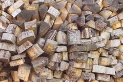 Högen av trä loggar Träjournaltextur spelrum med lampa Hög av den wood närbilden Royaltyfria Bilder