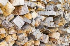 Högen av trä loggar Träjournaltextur spelrum med lampa Hög av den wood närbilden Royaltyfri Bild