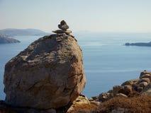 Högen av vaggar & det Aegean havet Arkivfoto
