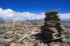 Högen av vaggar stenen i berg sätta på land pyramidstenar Arkivbilder