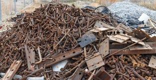 Högen för restmetall i stånggård väntar på återvinning royaltyfri foto