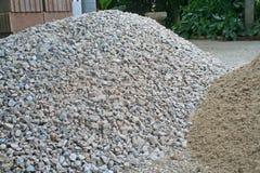 Högen vaggar, och sand på jordningen, förbereder sig för byggande av ett hus royaltyfri bild