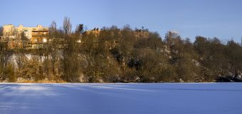 Höger bank av den djupfrysta sydliga felfloden i området av den Sverdlovsk massiven Arkivbild