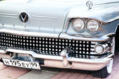 Höger sikt för klassisk gammal bilnärbildframdel Arkivfoton