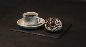 Höger sikt på ett aromatiskt svart kaffe i en vit kopp med två nolla Arkivfoto
