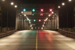 Höger väg och fel väg på natten Arkivbilder