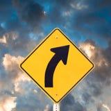 höger vägmärke för kurva fotografering för bildbyråer