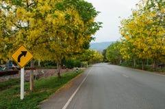 Höger vänd för trafiktecken Royaltyfri Foto