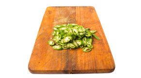 Högg av gröna Chili Peppers On Chopping Board V arkivfoto
