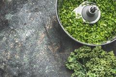 Högg av grönkålsidor för salladdanande, matlagning på lantlig bakgrund, bästa sikt, ställe för text Strikt vegetarian- eller vege royaltyfria foton