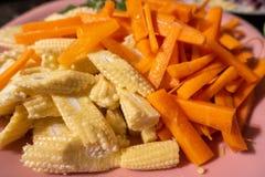 Högg av grönsaker på en platta som är klar att laga mat royaltyfri bild