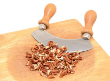 Högg av pecannötmuttrar med en vagga kniv Arkivfoto