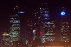 Höghus av en stor stad med belysning arkivbild