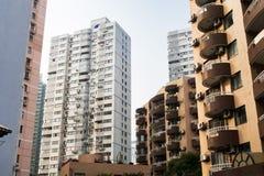 Höghus i Shanghai med balkonger och luft som betingar mot den blåa himlen Arkivbild