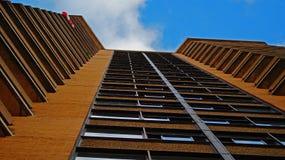 Höghus med balkonger i Kanada arkivfoton