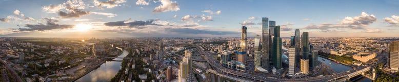Höghus och transport av metropolisen, trafik och oskarpa ljus av bilar på dengränd huvudvägar och vägen arkivbild